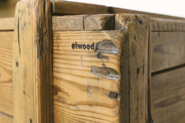 Die robuste Holzkiste elwood Stauraum verbindet rustikale Optik mit kompromissloser Funktionalität und Langlebigkeit